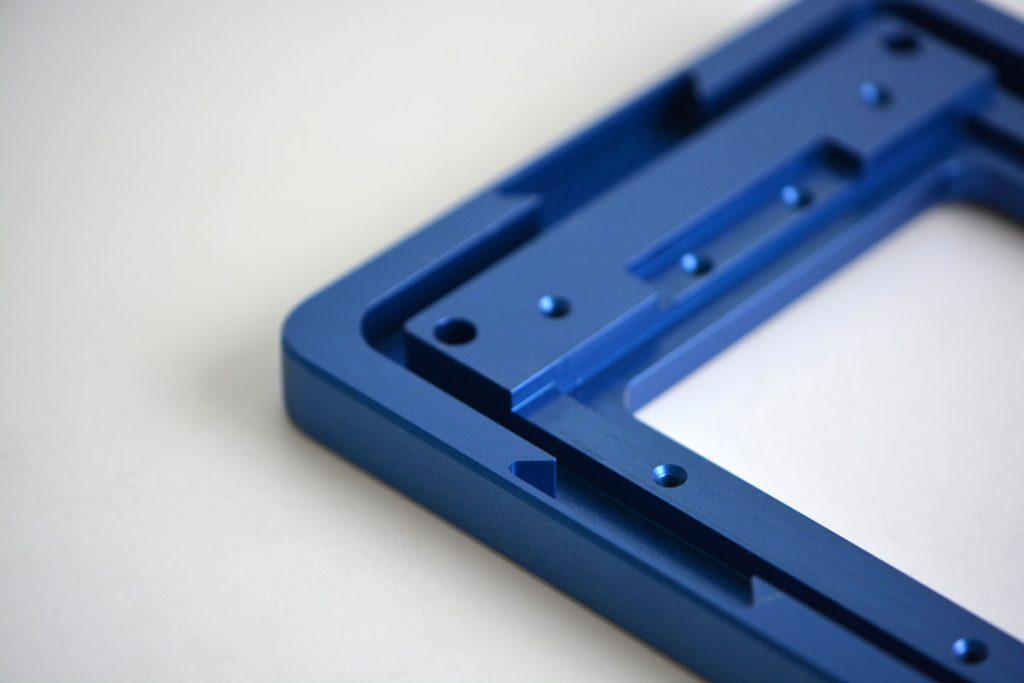 Blaues Gehäuseteil aus Aluminium mit einem Steg als Labyrinthdichtung